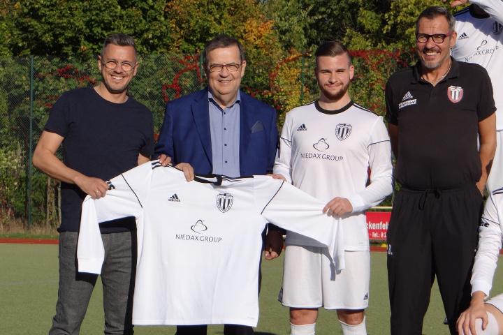 VfB Linz Trikotübergabe mit dem Hauptsponsor Niedax Group