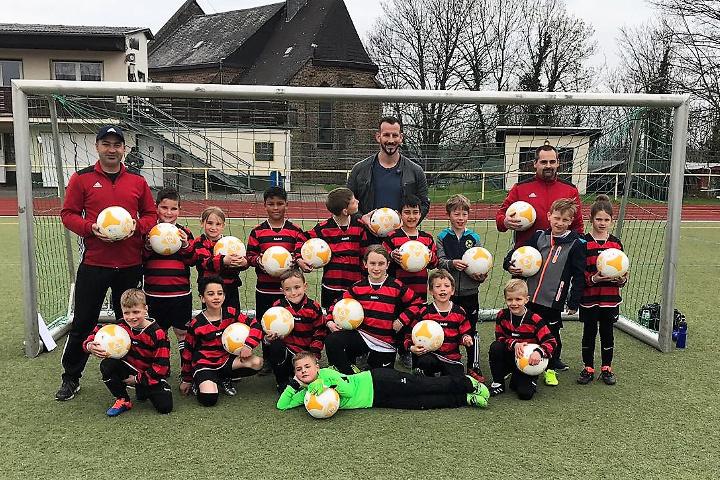 Ballspende für die F2-Junioren des VfB Linz